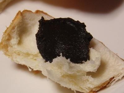 黒ジャム、パンにつけて